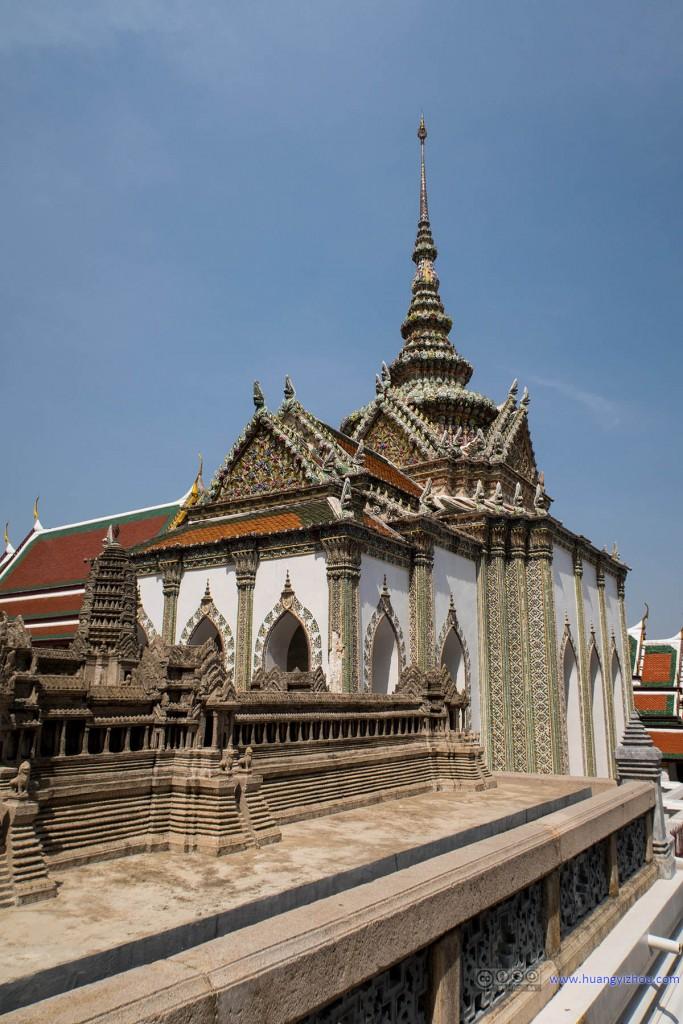 玉佛寺里吴哥窟的模型,用以强调泰国曾经对吴哥的统治,以及背景的Phra Sawet Kudakhan Wihan Yot