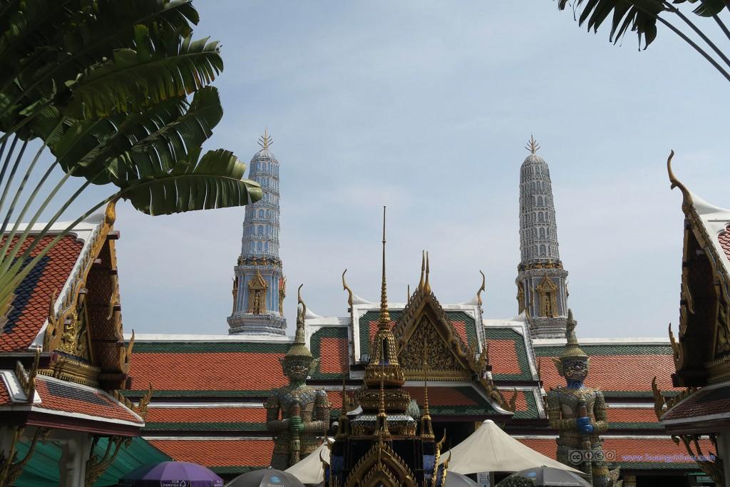 从玉佛寺的主殿入口向东望去,Thotsakhirithon 和Thotsakhiriwan。