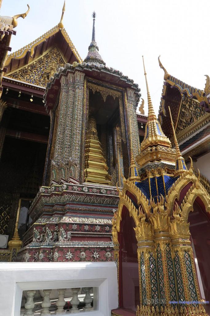 玉佛寺内部,一些较小的佛塔
