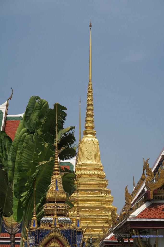 Chao Mae Kuan-im 和Golden Chedis。芭蕉叶提供了很好的色彩平衡。