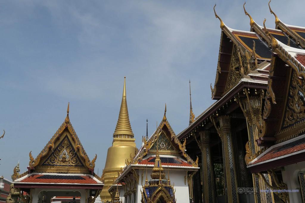 从玉佛寺通向大皇宫的通道内,回看玉佛寺