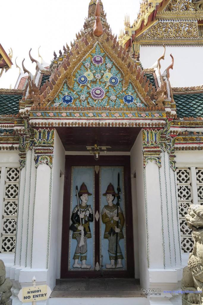 这是Phra Thinang Aphorn Phimok Prasat的两个很有意思的门神