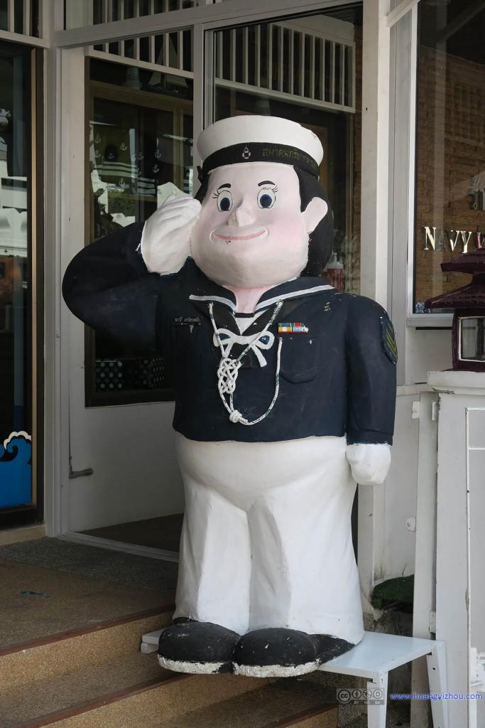 路过一个Army Wives Association的门面,看到她们很可爱的塑像
