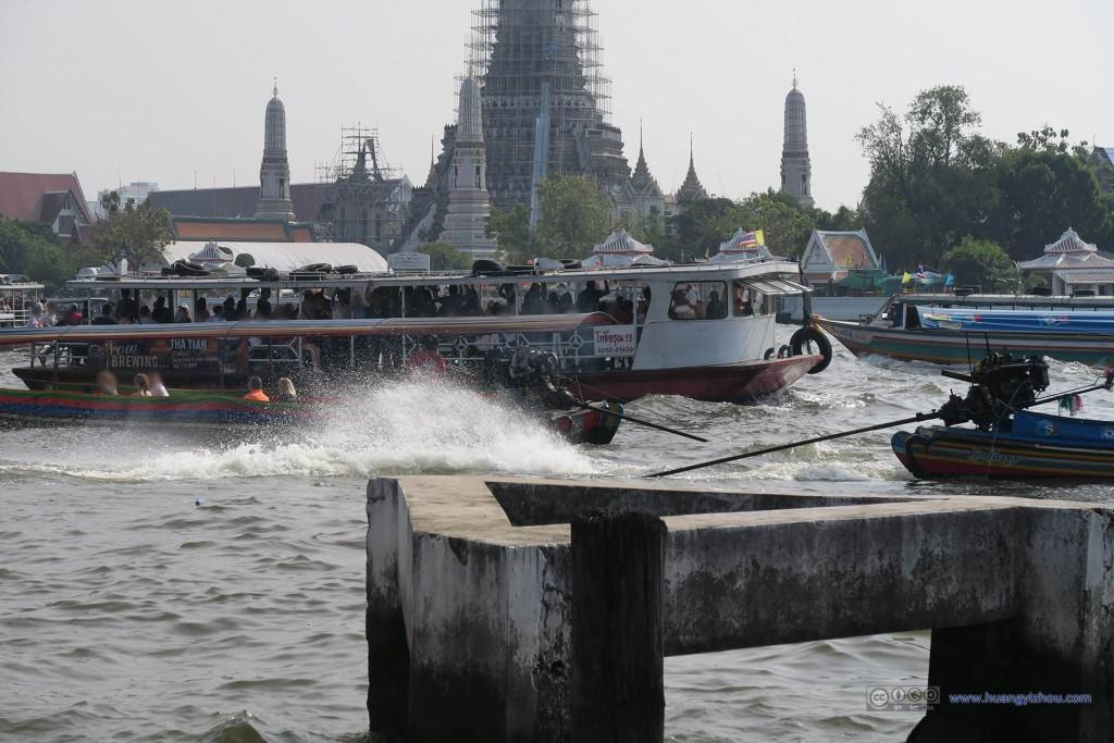 发现这种长条船动力还挺大的,不知道被这个水花溅到的游客们怎么想
