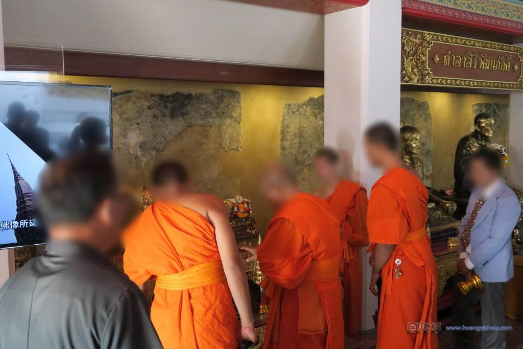 那天正好是除夕,卧佛寺内僧人好像也有些活动