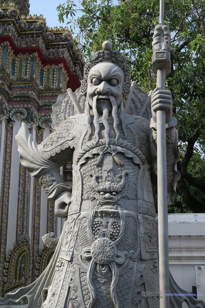 卧佛寺里,像门神一样的雕塑