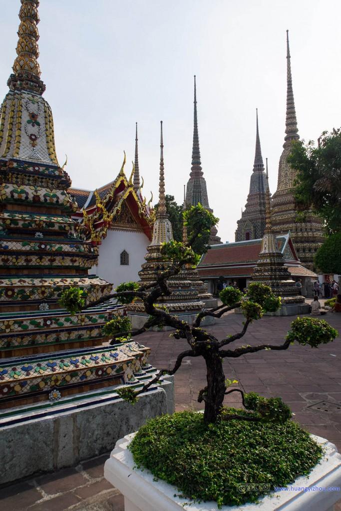 感觉卧佛寺里的Phra Chedi Rai群很漂亮