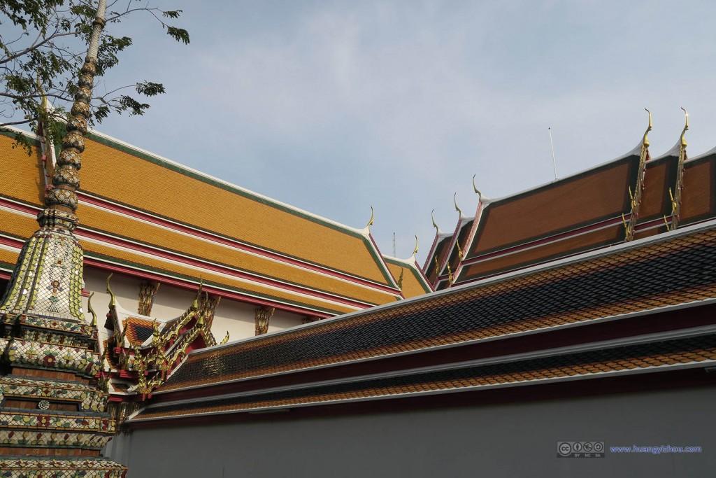 卧佛寺的屋檐和大皇宫玉佛寺一样装饰得很漂亮
