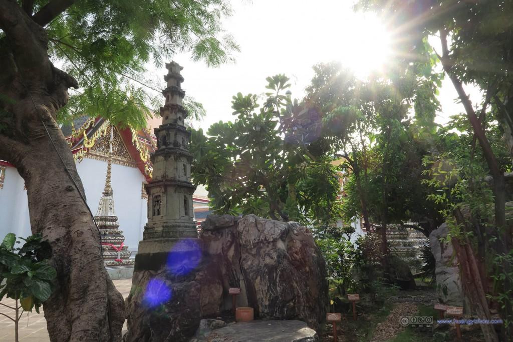 卧佛寺的几个角落里会有一些假山之类的装饰