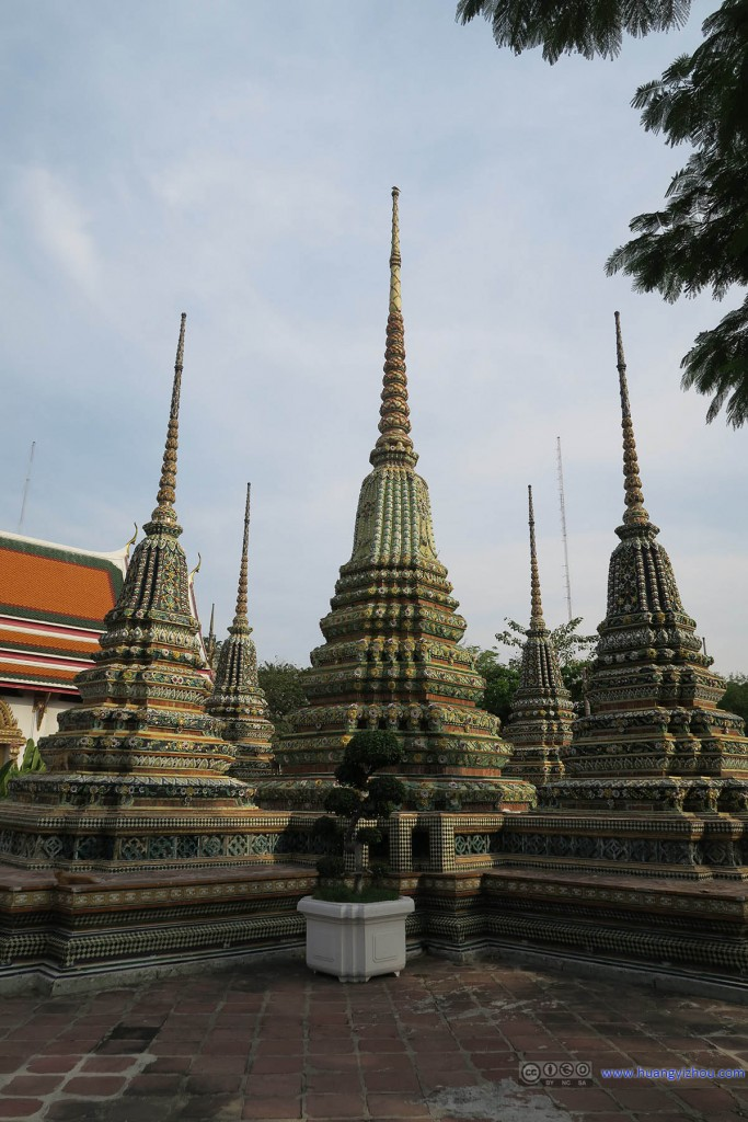 卧佛寺里的Phra Chedi Rai群