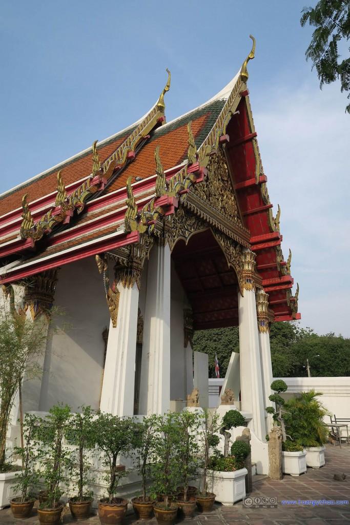 卧佛寺里东北角的Phra Viharn Kod,看门口这些盆景的摆放感觉这块区域可能生活功能比宗教功能更大一些,无责任猜测的猫食投放点也在旁边