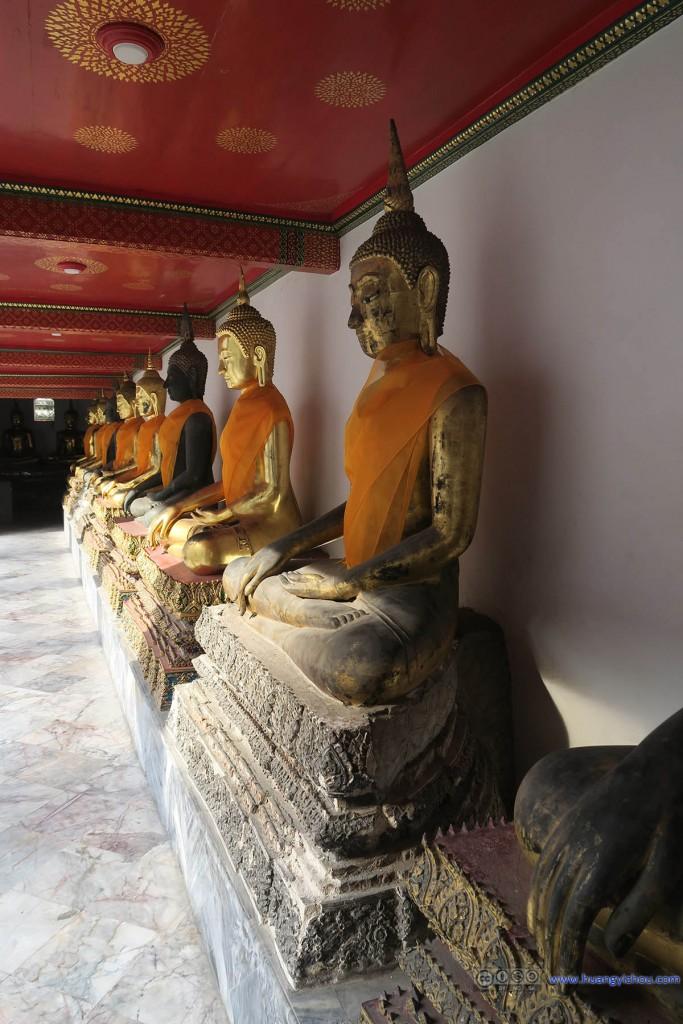 卧佛寺内回廊里的佛像