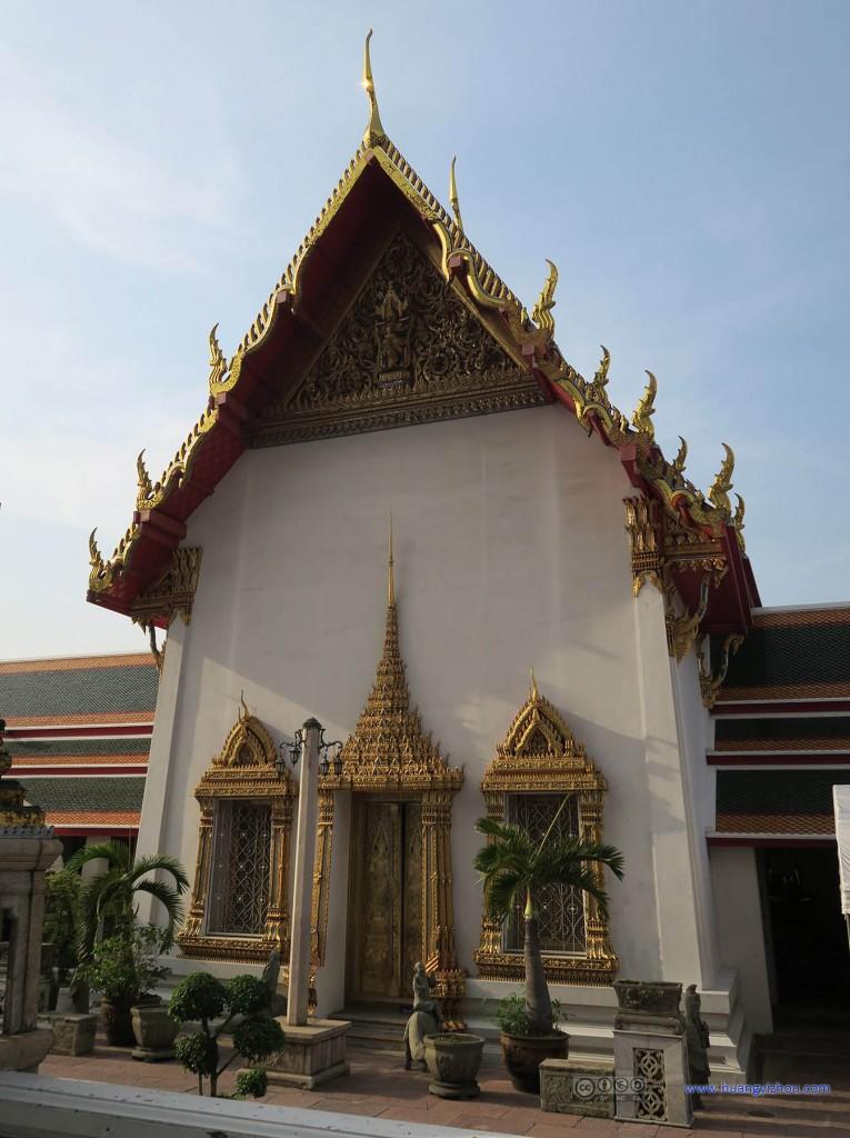 卧佛寺内,这应该是North Viharn的后门