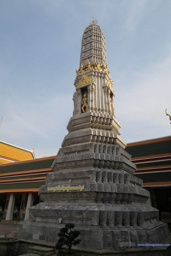 卧佛寺内的佛塔