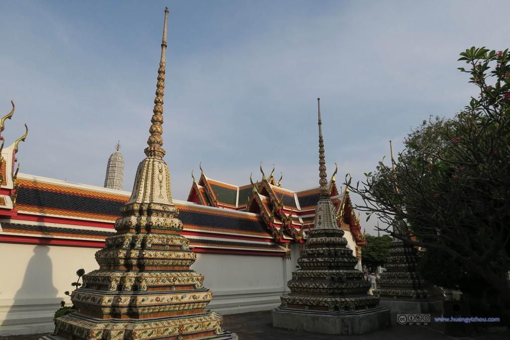 卧佛寺外围,更多的Phra Chedi Rai