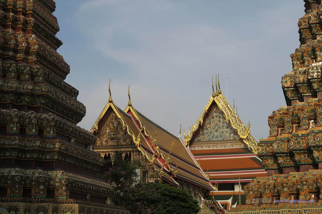 卧佛寺内,两座Phra Maha Chedi Si Rajakarn和背景中的卧佛寺主殿