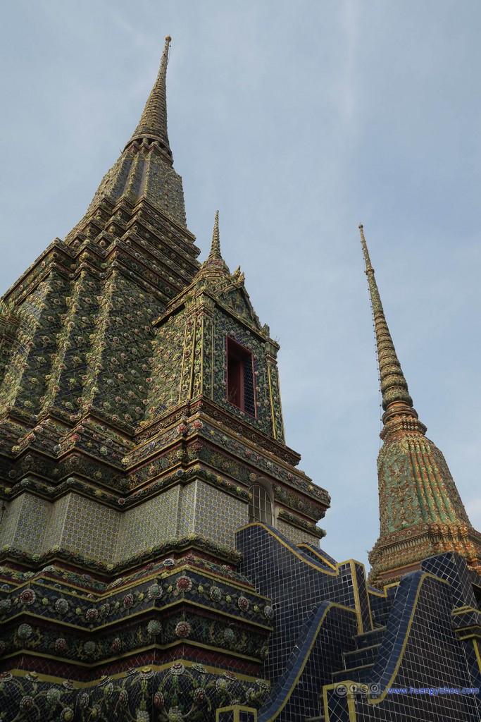 卧佛寺内,一座风格略有不同的Phra Maha Chedi Si Rajakarn