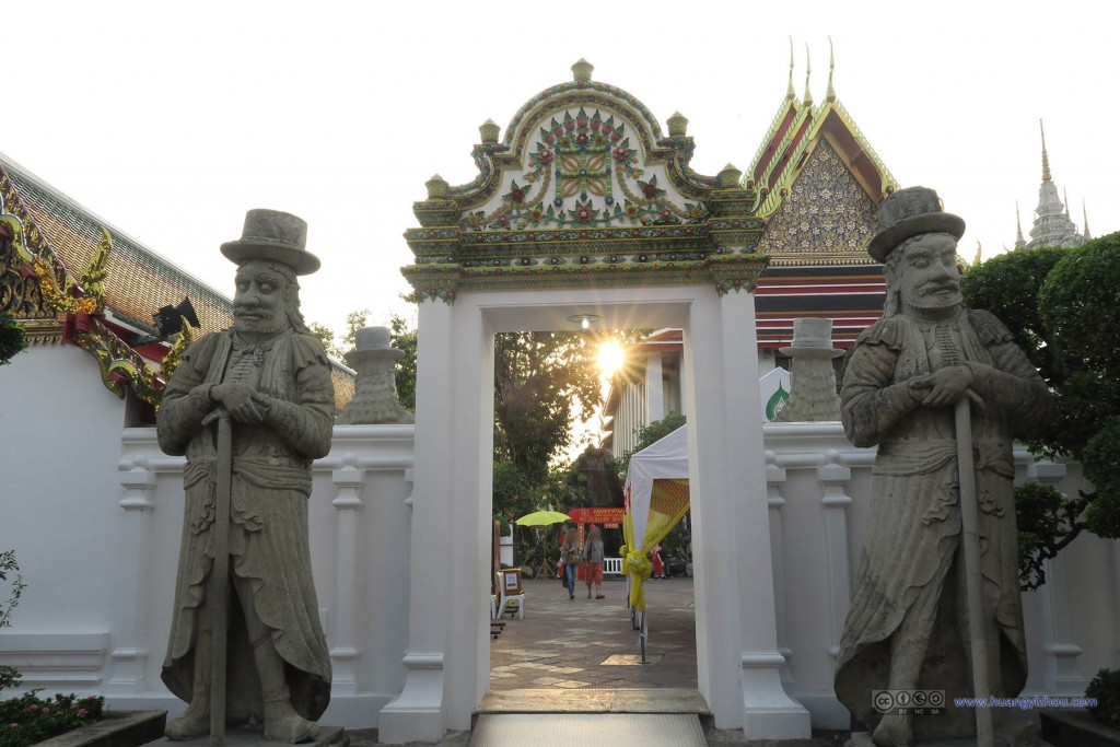卧佛寺内,夕阳下,这两个门神看起来就有点西方风格了