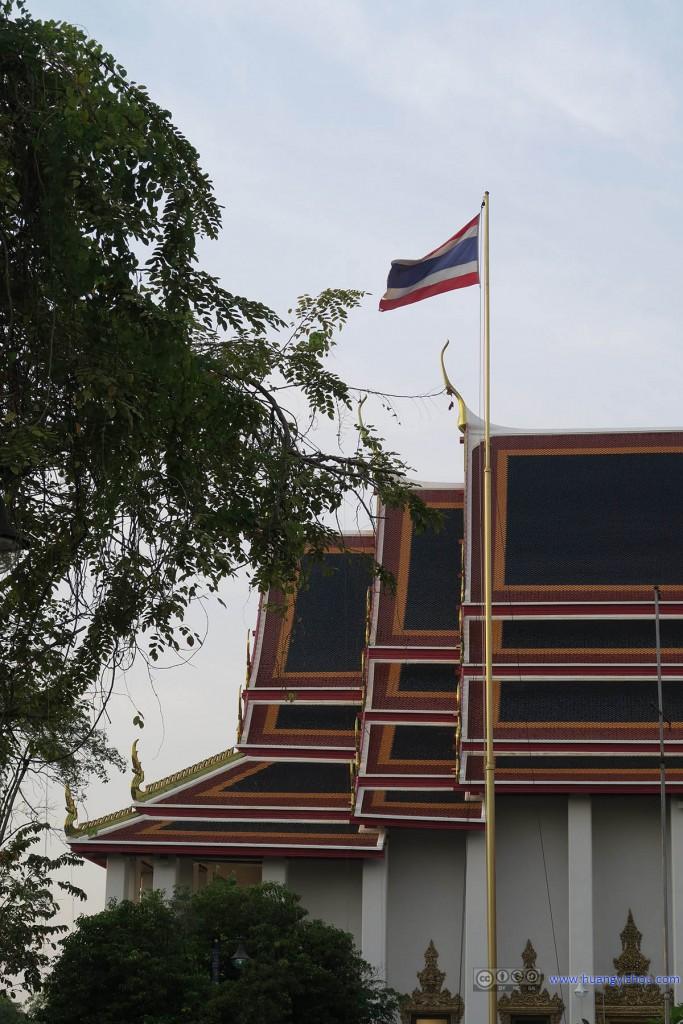 卧佛寺内,很应景的泰国国旗