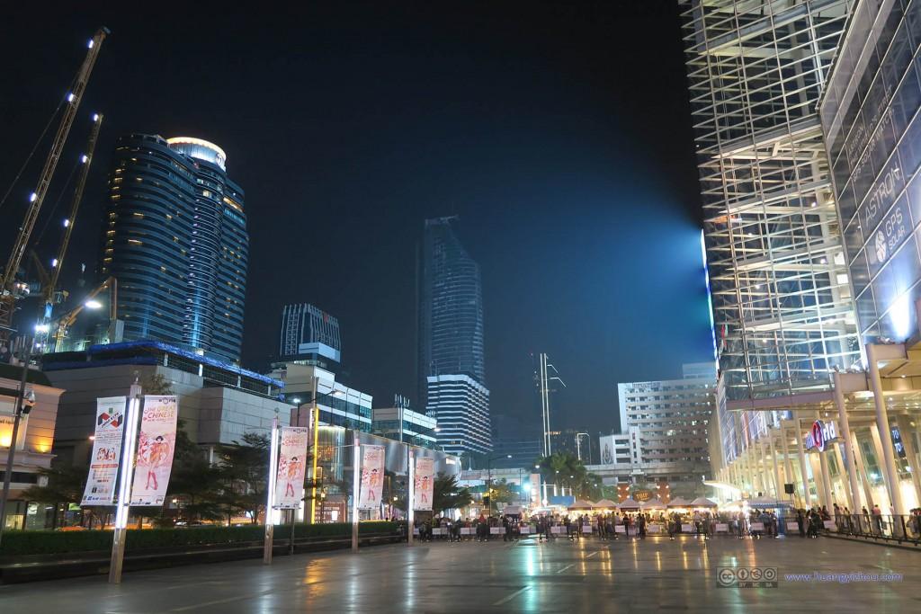 Central World商场前的小广场,这里有一些夜市