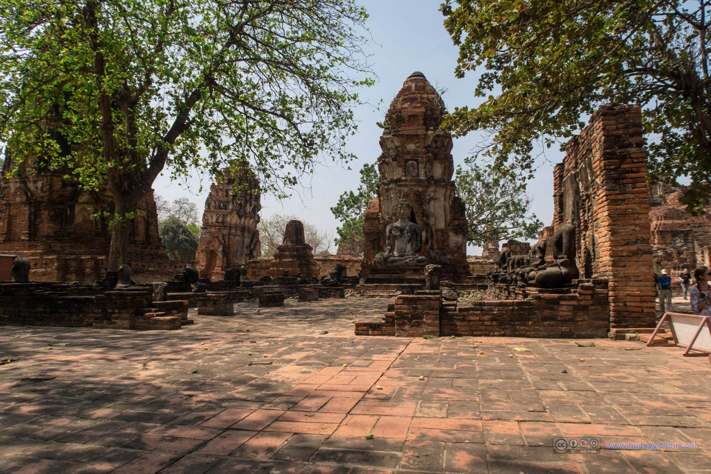 Wat Maha That,时光变迁,树荫已经长过以前墙壁了