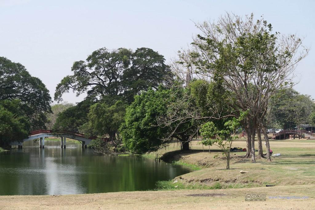 Wat Maha That位于大城市的Rama Public Park旁边