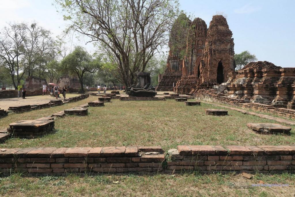 Wat Maha That,这个殿堂已经连地砖都不剩了,直接变成草地了