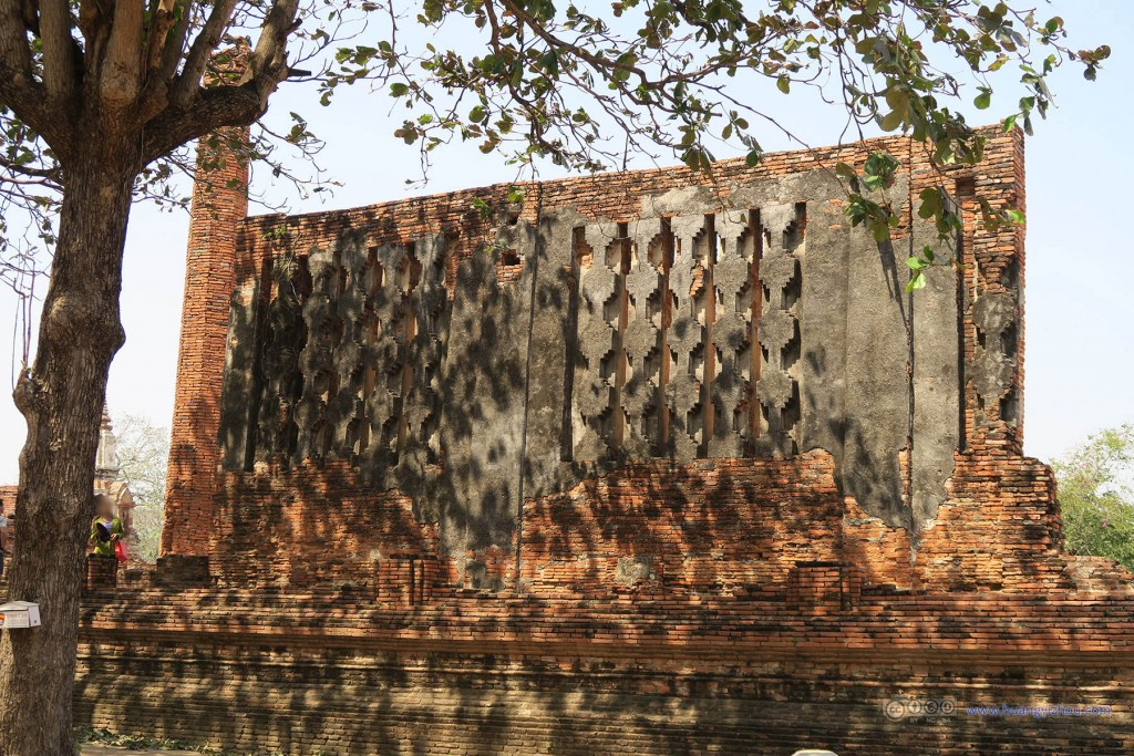 Wat Maha That为数不多还保存的比较好的墙(虽然这背后是脚手架),树荫落在上面非常有感觉