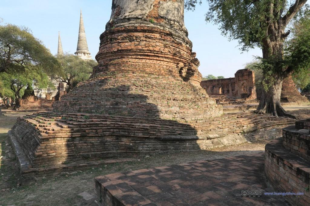 Wat Phra Si Sanphet内有一些佛塔沉降也非常厉害