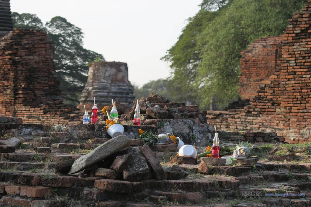 Wat Phra Si Sanphet内,猜测是今人的贡品,居然很贴心地为饮料提供的吸管