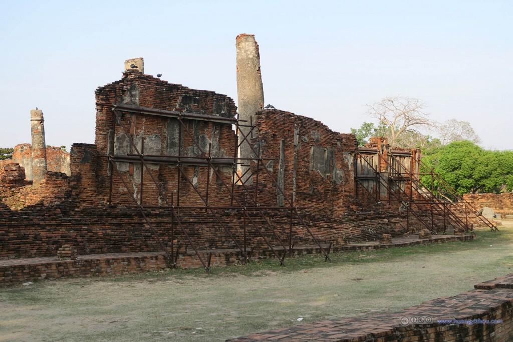 人迹罕至的Wat Phra Si Sanphet东部,虽然墙体留存了下来,但是在地基的变化下还是需要脚手架来支撑