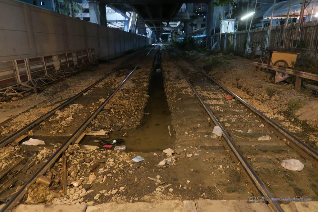 机场地铁线下面(应该是已经废弃的)铁路线,看这样子离变成垃圾场也不远了。