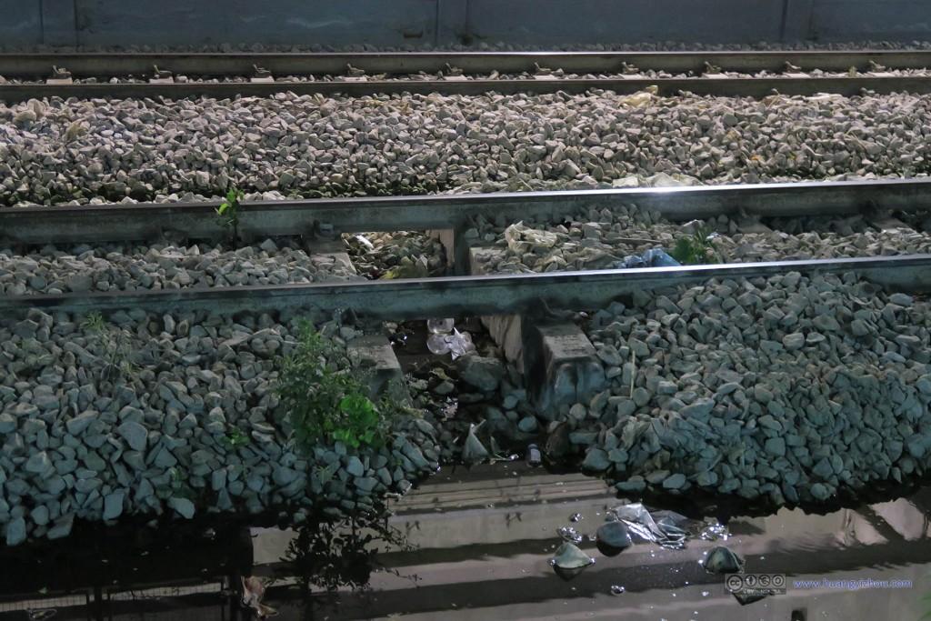 以及发现了这(快废弃的)铁路线居然有一小段沙石被掏空了