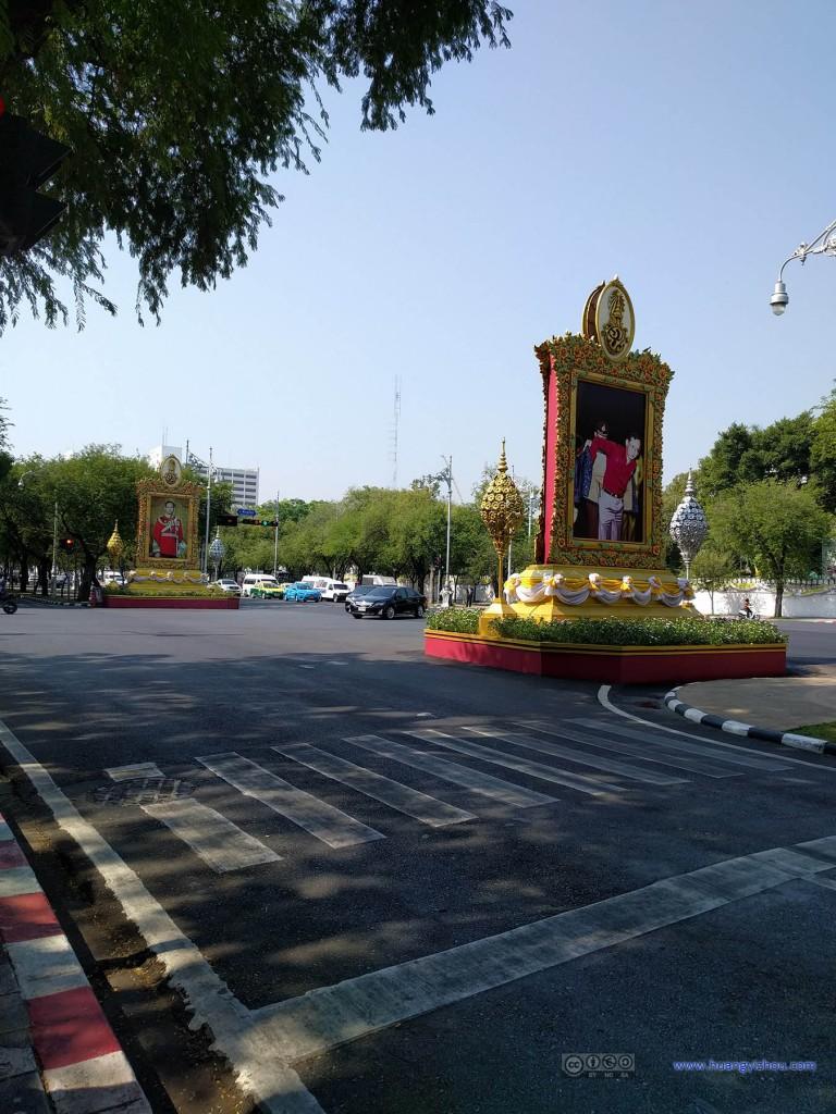 靠近市中心的大街上到处都是国王大人的画像