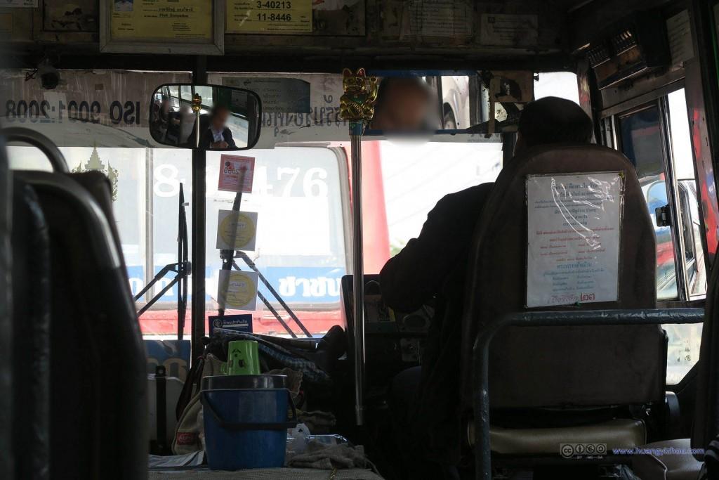 前往阿南达宫的公交,每次司机换挡都感觉他在挥舞一个权杖