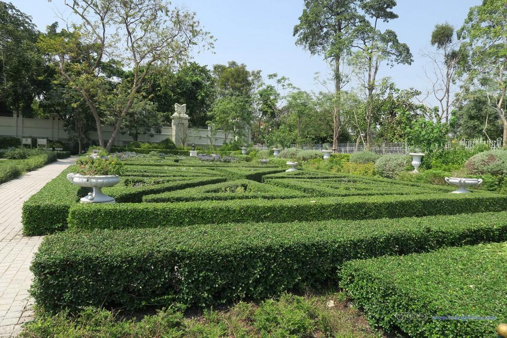 阿南达宫旁边,修剪得很好的花园