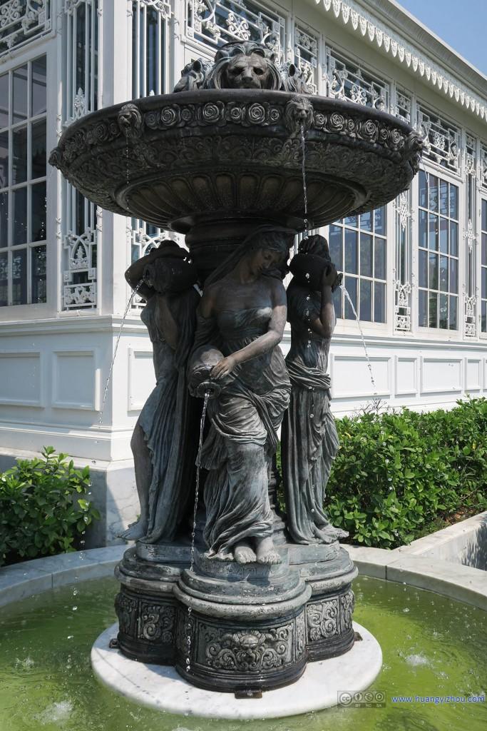 """阿南达宫""""游客服务中心""""入口处的雕塑"""