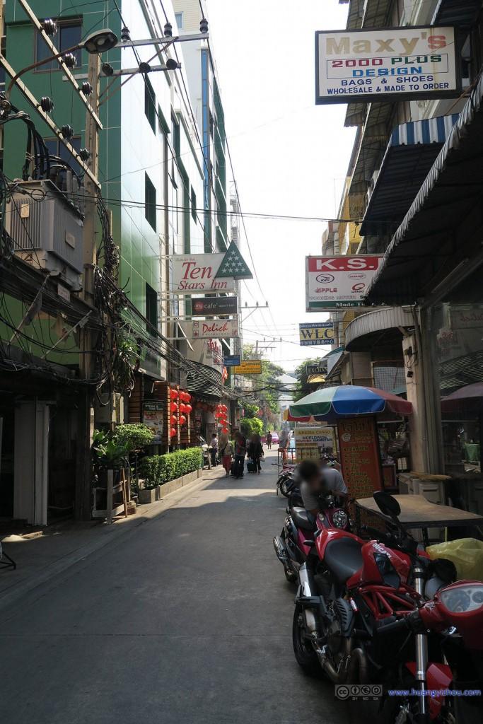 这是酒店附近,客栈云集的小巷