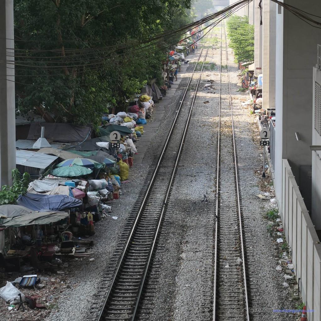 废弃铁路线两旁猜测是流浪者的聚居地