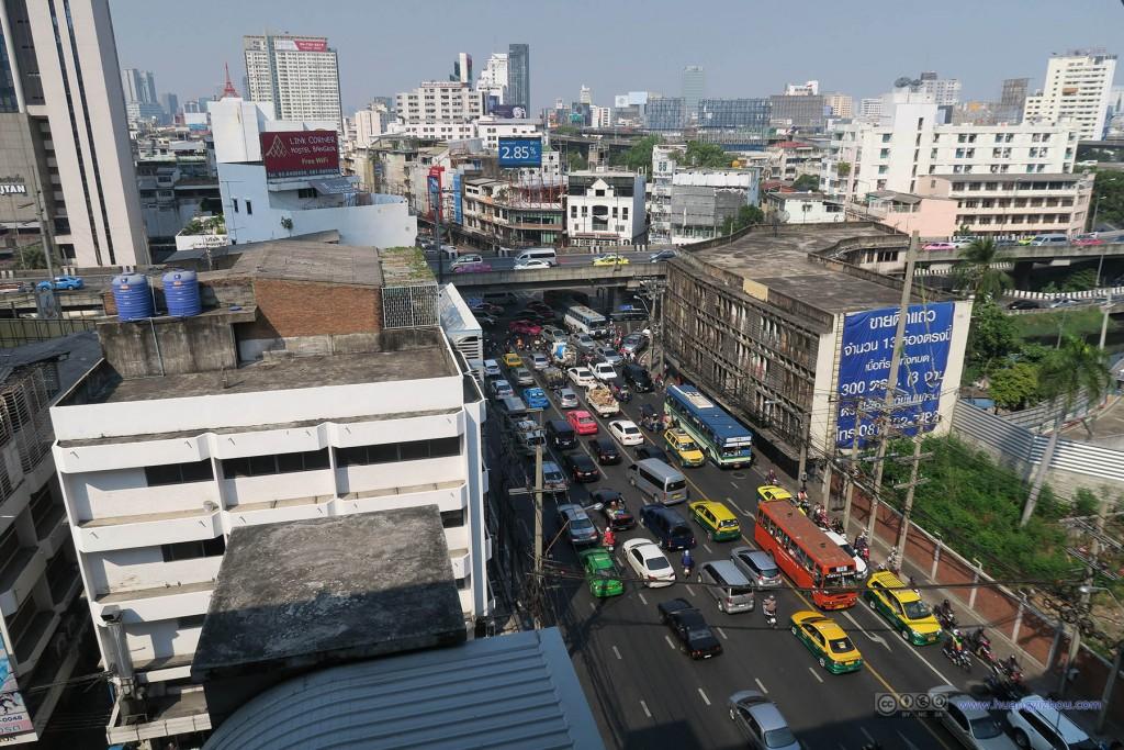 从机场快轨站上拍到的曼谷街道,当时应该不是在高峰期,但是路还是一样堵